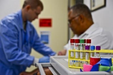 미 공군 맥딜 클리닉 Brandon Shapiro 제공. 모든 검사는 위양성, 즉 질병이 없는데도 질병이 있다는 결과를 보일 가능성이 있다. 따라서 검사 결과를 보고 실제 환자가 질병에 걸렸을 확률을 정확하게 판단하는 것은 매우 중요하다. 실제로 HIV에 감염되지 않았는데, 환자에게 위양성 결과를 섣불리 말하여 자살한 사례도 있다. - http://www.macdill.af.mil 제공